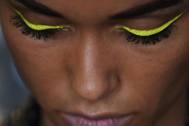 eyeliner-de-colores-amarillo